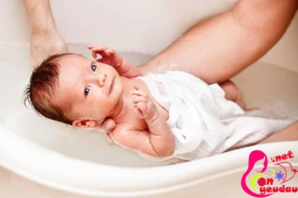 Chăm sóc mẹ và bé sau sinh: những quan niệm sai lầm cần tránh