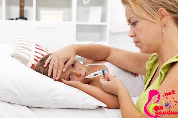 Học cách sơ cứu tại nhà khi trẻ sốt cao co giật
